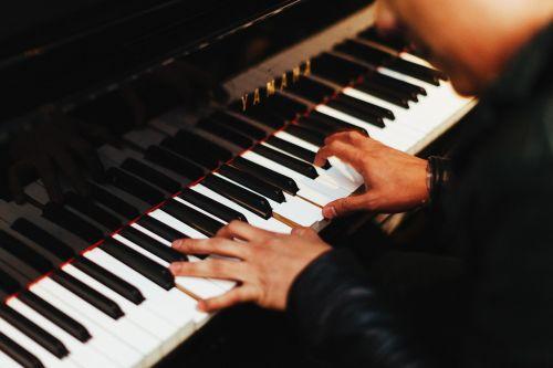 pianistas,muzika,muzikinis,muzikantas,spektaklis,žaidėjas,pramogos,asmuo,patalpose,fortepijono klavišai,praktikuojantis,kompozicija