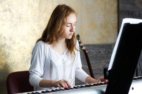 fortepijonas,pianistas,žmonės,moteris,Lady,kėdė,gitara,muzika,garsas,siena,medinis,popierius,Pastabos