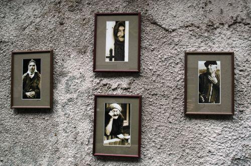 nuotraukos,siena,seni žmonės,personažai