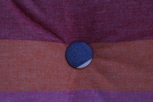 pagalvė,medžiaga,sėdynių pagalvėlės,mygtukas,audinio danga,audinys padengtas,spalvinga,juostelės