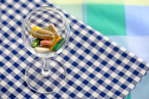tabletes,tabletės,vaistas,medicinos,maisto priedai,maisto papildai,stiklas,kokteilis,kokteilis,nuodų kokteilis,nuodų kokteilis,gerti,mityba,pašalinti,mityba,valgyti,sveikas,nesveika,vitaminai