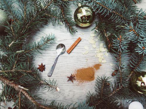 kedro riešutas,cinamonas,milteliai,šaukštas,Kalėdos
