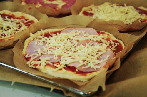 pica,kepkite pica,kepkite savo,Paruošimas,kepti,virėjas,picos gamintoja,topping,pica topping,mityba,maistas,naudos iš,valgyti,sūris,skanus,paruošti