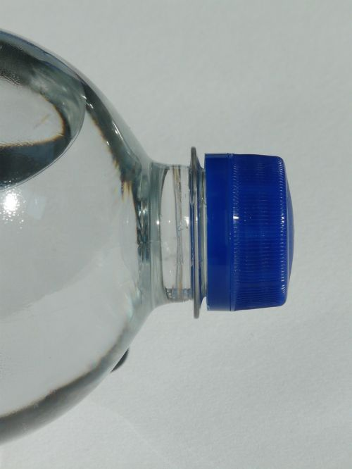plastikinis butelys,butelis,mineralinis vanduo,vanduo,skaidrus,dangtelis,mėlynas,Uždaryti,gerti,anglies rūgštis,vis dar,atsipalaidavimas,rūpestis,burbulas,horizontalus,uždarymas,varžto galvutė,uždarymas,naminis gyvūnėlis,polietileno tereftalatas