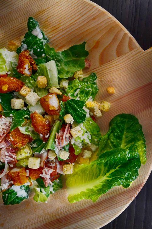 salotos, lapai, cesars, vištiena, padažas, padengtas, detalės, žalias, sveikas, saulės šviesa, maistas, fotografija, medinis, dengtos salotos ant medžio