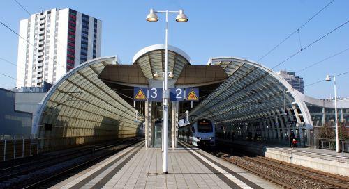 platforma,architektūra,šiuolaikiška,stogo stogas,stogo konstrukcija,geležinkelių transportas,plieno konstrukcija,Ludwigshafen
