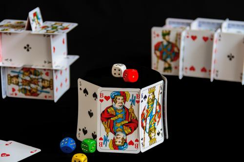žaisti,Pocker,malonumas,sėkmė,kortelės,azartiniai lošimai,kazino,pelnas,Žaidžiu kortomis,kubas,pergalė,lošti,rizika,rizikingas,prarasti,žaidimų kazino,žaidimo naktis,loterijos,juodas fonas