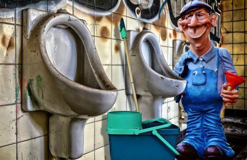 santechnikas,tualetas,darbas,švarus,remontas,pisuaras,wc,ąsotis,visuomenė,eiti į atliekas,stovėti,vyrai,purvinas,sanitariniai,sunaikintas,pasibjaurėjimas