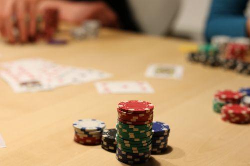 pokeris,lustai,azartiniai lošimai,pelnas,pokerio žaidimas,žaisti,laimėti,priklausomybe,kortų žaidimas,pokerio žetonai,kubas,pokerio veidas,Žaidžiu kortomis,karališkasis prakeikimas,gesellschaftsspiel,žaidimų bankas,kazino,kortelės,atsitiktinai,sumokėti,pramogos,priklausoma nuo azartinių lošimų,texas holdem,nugalėtojas,žaidimų kazino,sėkmė,laimingas skaičius,pramogos,žaislai,paskirstymas,trumpas