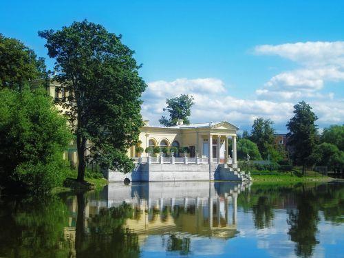 tvenkinys,paviljonas,atspindys,architektūra,lankytinos vietos,dangus,in,diena,gražiai,medžiai,vanduo,saulėta diena,gražus pastatas,peterhof