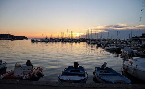 uostas,laivas,valtys,jūra,atostogos,vasara,vakaras,slovenia,izola,saulėlydis,tvirtinamas,burinė valtis