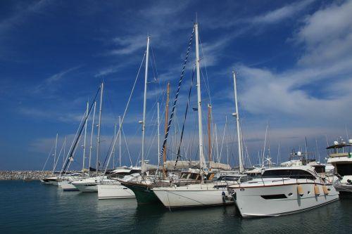 uostas,valtys,stiebai,valčių stiebai,burių stiebai,laivas,burlaiviai,vanduo,buriu