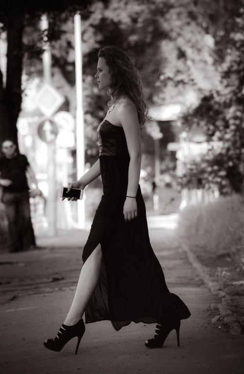 portretas,vaikščioti,suknelė,juoda,Moteris,mergaitė,išmanusis telefonas,vaikščioti,tamsi