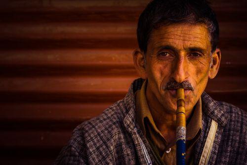 portretas,vyras,vyras rūkyti kaljaną,vyras rūkymas,kašmyras,Kashmiri vyras rūkymas,Kashmiri vyras rūkyti kaljaną,raukšlės,senas vyras,senas vyras rūkymas,popietė,Kashmiri vyras,spalvinga kaljana,spalvos,laimingas vyras,šypsokis vyras,šypsosi