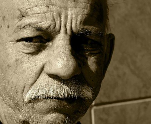 portretas,žmonės,liūdesys žmonės vyras,atskirai,begaliniai žmonės,tylus,vienatvė