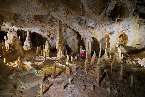 Speleologija, kambarys, stalaktitai, stulpeliai, urvas, stalagmitų