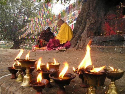 maldos vėliavos,žvakės,malda,budizmas,lumpini,Nepalas