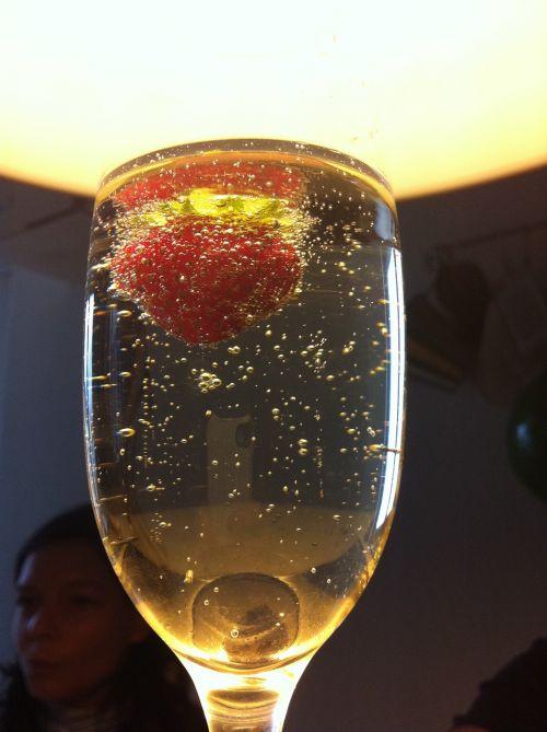 prosecco,šampanas,braškės,pusryčiai,vaisiai,mineralinis vanduo,anglies rūgštis