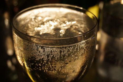 prosecco,putojantis vynas,kokteilis,baras,gerti,švesti,anglies rūgštis,prost,šampano akiniai,Naujųjų metų diena,putojantis vynas,šampanas,alkoholinis,alkoholis,lichtspiel,naudos iš,perly,laimingas