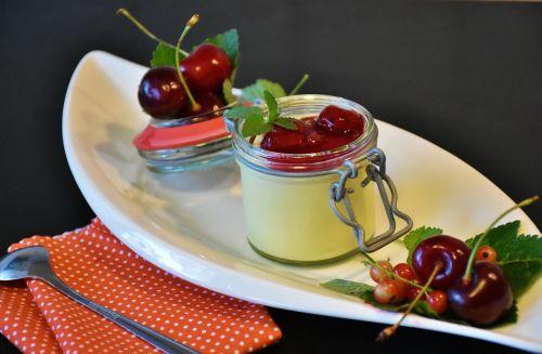 pudingas,vanilės pudingas,vyšnios,kruopos,vyšnių kruopos,desertas,pienas,saldus patiekalas,saldus,grietinėlė,maistas,naudos iš,valgyti,apdaila