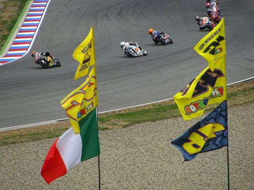 lenktynės,lenktyninis dviratis,greitis,sportas,Grand Prix,lenktynių trasa,vėliavos,motociklas,variklis,varikliai,grandinė,vėliava,lenktynės,trasa,Brno,rasės,varzybos