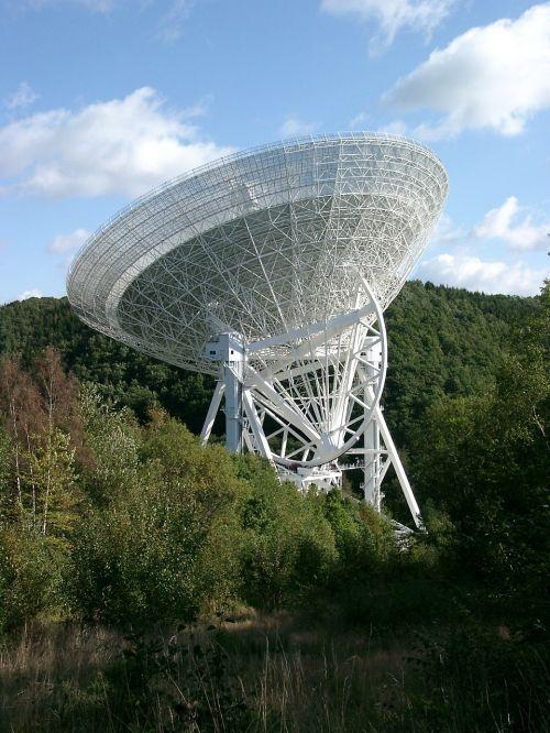 radijo teleskopas,teleskopas,antena,didelis teleskopas,astronomija,paraboliniai veidrodėliai,blogas münstereifel,Vokietija,max planck institutas,erdvė,mokslas,tyrimai,siųstuvas,technologija,klausytis,gautas,siųsti,eifel,effelsberg,blankenheim