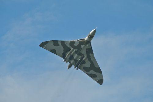 rafas,vulcan,bombonešis,branduolinė,orlaivis,Britanija,reaktyvinis,lėktuvas,ataka,aviacija,gynyba,gynyba,kariuomenė,oras,kabinos,jėga,nosis,karališkasis,raketa,galia,strategija,jėga,taktinis,avro,kamufliažas,delta,falklandai,stanley,ekrano užsklanda