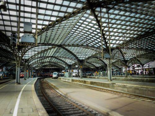 traukinių stotis,stogas,Kelnas,traukiniai,geležinkelis,ledas,atrodė,kontaktinis tinklas,miniatiūrinė,plieno konstrukcija,Kelno pagrindinė stotis,Centrinė stotis,stogo stogas,plienas,skydas,stogo konstrukcija,architektūra,pastatas