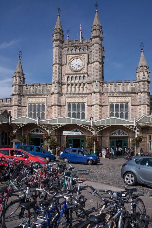 traukinių stotis,taksi,dviračiai,kiemas,laikrodis,pėsčiųjų,keliautojai,kelionė,išvykimas,Atvykimas,transportas,architektūra,pastatas