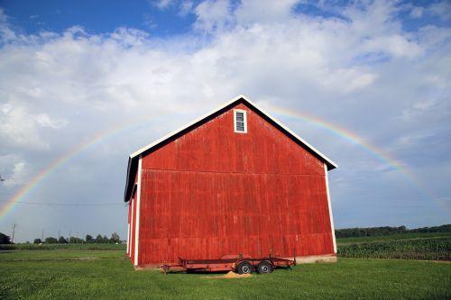 vaivorykštė,tvartas,raudonasis svirnas,senas tvartas,šalies svirnas,kaimiškas kiemas,tvartas atgal