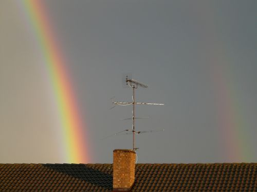 vaivorykštė,dviguba vaivorykštė,veidrodis,refrakcija,dvigubas,du,reiškinys,lietus,saulės šviesa,dangus,gamta,spektras,spalvinga,gamtos reiškinys,vaivorykštės spalvos,ray,natūralus spektaklis,žinoma,įspūdingas,debesys,pusiau ratas,trumpalaikis,antena,stogas,namo stogas,antrinė vaivorykštė