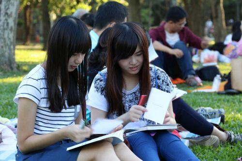 skaityti knygos klubą med,mergaitės,tyrimas,mokymasis,parkas,žolė,konsulinė,asija