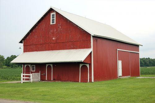 raudonasis svirnas,tvartas,senas tvartas,kaimiškas kiemas,medžio tvartas,šalies svirnas