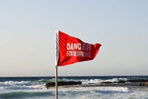 raudona vėliava,įspėjimas,pavojus,nerami jūra,atsargiai,papludimys,vėjas,pavojingas,saugumas,bangos,budrus,rizika,dėmesio
