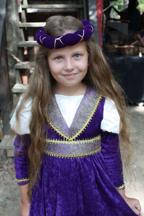 renesansas,mergaitė,Alyva,kostiumas,festivalis