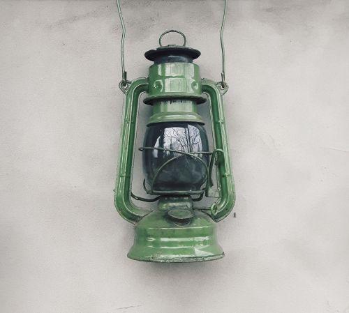 pakaitinė lempa,žibalo lempa,senas,nuotaika,šviesa,aliejus,senoji lempa,dekoratyvinė lempa,kaimas,kaimo namas,žibintas,siena