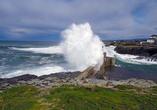 rinlo,ribadeo,lugo,Ispanija,jūra,banga,uolos,audra,akmenys,molo griovys