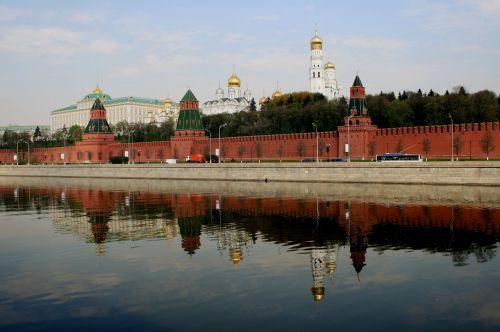 upė,moscow,Rusija,vanduo,mėlynas dangus,dienos metu,atspindys,Kremliaus siena,Kremliaus bokštai,Terakotos mūro darbai,baltos katedros,kupolai,katedros,varpeliai,puikus kremlinas rūmai