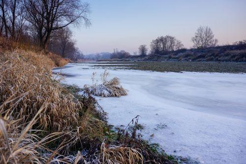 upė,užšalusi upė,žiema,ledas,kraštovaizdis,upės krantas,upė raba,malopolska,Lenkija