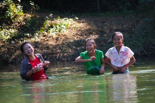 upė,vaikai,juokiasi,šypsosi,vanduo,vaikas,gamta,vasara,linksma,vaikystę,žaisti,lauke,veikla,gyvenimo būdas,laisvalaikis,kraštovaizdis,laimingas,mielas,Draugystė,draugai,miela mergina,Geriausi draugai,laimingi draugai,laimė,juokinga,linksmas