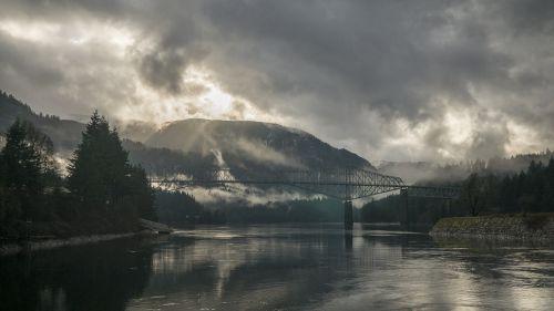 upės krantas,kalnų kraštovaizdis,audros debesys,tiltas,kraštovaizdis,upė,peizažas,slėnis,kalnas,vanduo,vaizdingas,lauke,grazus krastovaizdis,nuostabus,ramybė,nuotykis
