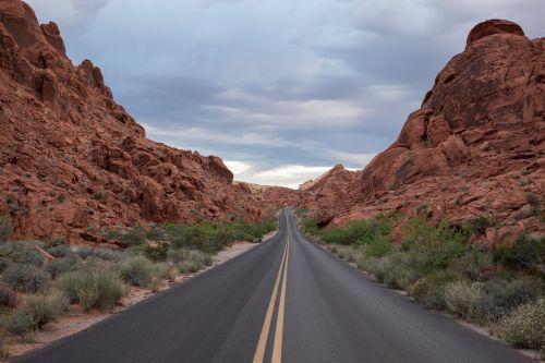 kelias,greitkelis,kelionė,nuotykis,žalias,lapai,krūmas,krūmas,kalnas,debesys