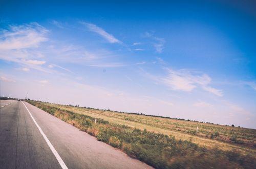 kelias,greitkelis,kaimas,kaimas,mėlynas,dangus,saulės šviesa,vasara,laukas