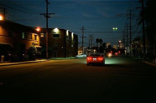 kelias,galiniai žibintai,žibintai,naktis,tamsi,galiniai žibintai,eismas,automobilis,raudona,gatvė,elektros laidai,vakaras