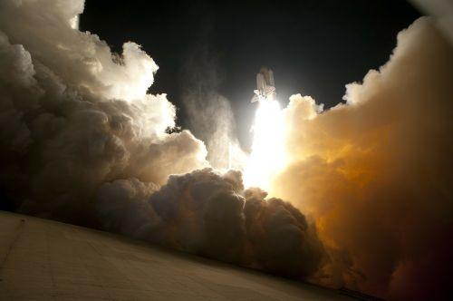 raketų paleidimas,raketa,kilti,NASA,kosmoso kelionės,vairuoti,padidinti,pagreitis,gravitacija,gravitacija,pagreitinti,kosminis laivas,stengtis,mokslas,tyrimai,Ugnis,ugnies smūgis,reaktyvinis variklis,purkštukai,raketų variklis,pakėlimas,traukos jėga,jėga,greitis,pradėti,cape canaveral,naktis,john f kennedy kosmoso centras