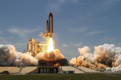 raketų paleidimas,dūmai,raketa,kilti,iš šono,NASA,kosmoso kelionės,vairuoti,padidinti,pagreitis,gravitacija,gravitacija,pagreitinti,kosminis laivas,atlantis,mokslas,tyrimai,Ugnis,ugnies smūgis,reaktyvinis variklis,purkštukai,raketų variklis,pakėlimas,traukos jėga,jėga,greitis,pradėti,cape canaveral,john f kennedy kosmoso centras