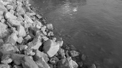 uolingas krantas,uolos ant kranto,kranto vanduo,ežero kranto,bankas,juoda ir balta