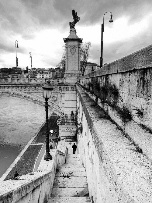 Roma,lazio,italy,tiltas,ponte santangelo,lempos stulpas,gatvės šviesos,žingsniai,vaikščioti,nusileidimas,miestas,centro,didelis miestas,architektūra,upė,tiber,statulos,amžinasis miestas,juoda ir balta