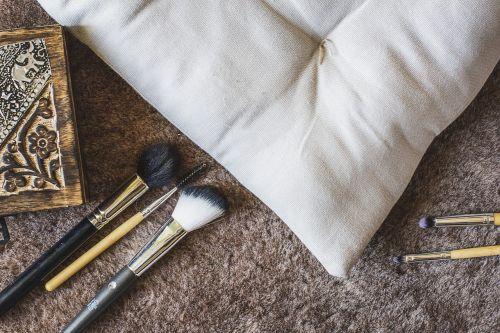 kambarys,pagalvė,oda,dėžė,šepečiai,šepetys,makiažas,į,mediena,gražus,elegantiškas,dažymas,fonas,grožio produktas,kosmetika,kosmetologas
