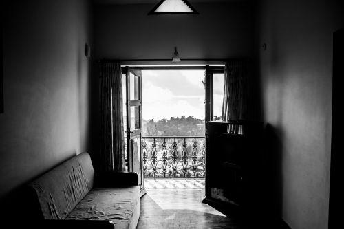 kambarys,sofa,prancūzų langas,balkonas,sofa,namai,namas,butas,interjeras,Svetainė,baldai,gyvenimas,dizainas,dekoruoti,pagrindinis,langas,atviras